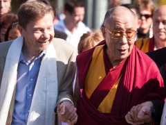 Eckhart_Tolle,_the_Dalai_Lama_and_Ken_Robinson_at_Vancouver