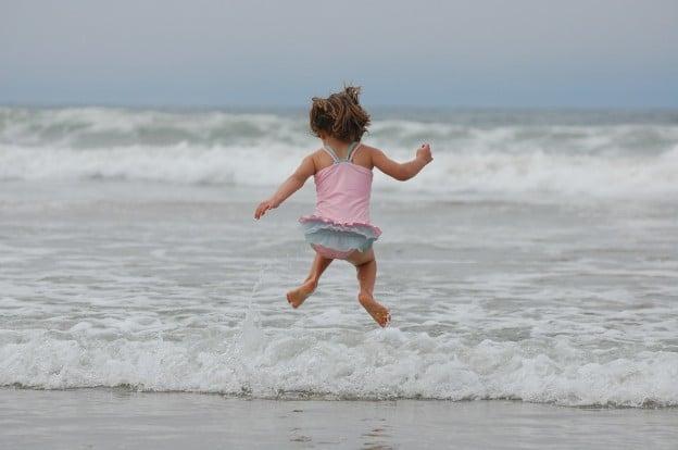 Jette-toi à l'eau et viens nager!
