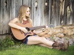fille_guitard