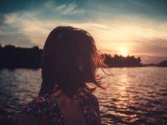 Mujer-mirando-atrás-viendo-el-mar-1