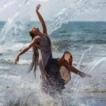 danse joie mer femme