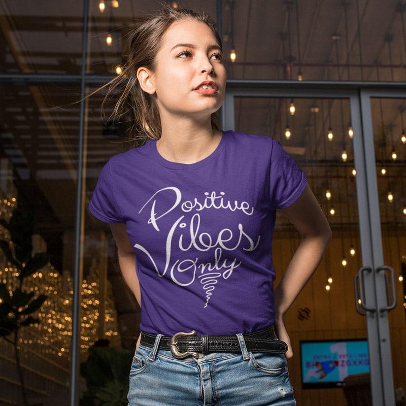 Tee-shirt pour les femmes qui attirent seulement des ondes positives dans leur vie