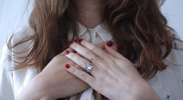 Et si nos douleurs physiques et nos émotions négatives se guérissaient du bout des doigts?