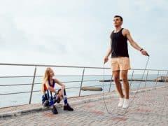 jeune-couple-sportif-travaillant-ensemble-quai-pres-mer_8353-6959