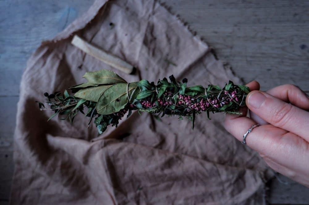 Citation 12 Herbes, résines et bois pour votre rituel de fumigation