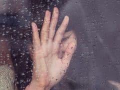 femme-triste-pluie