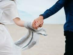 Se tenir la main est un geste d'amour